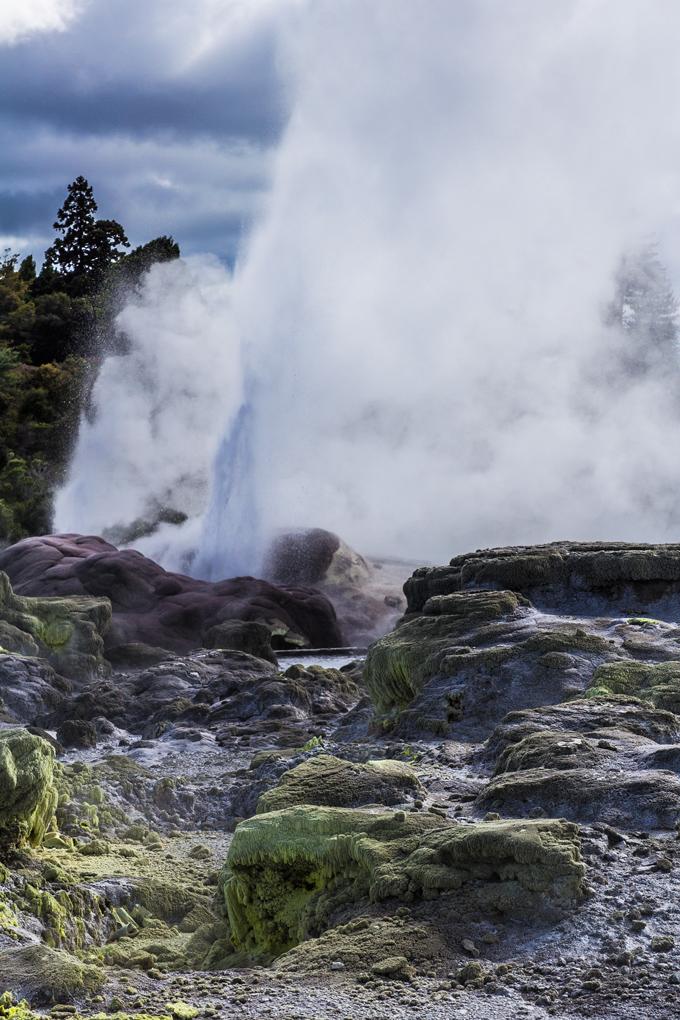 NZ-Rotorua-Geyser-rocks-V