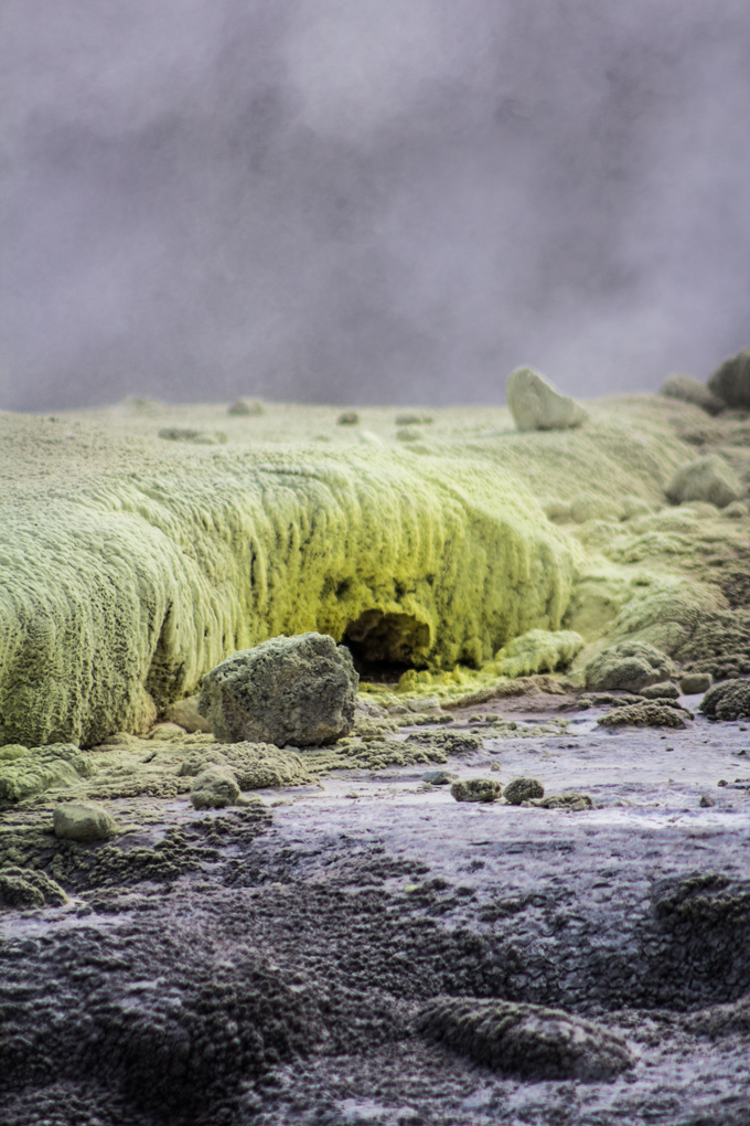 NZ-Rotorua-yellow-rocks-V
