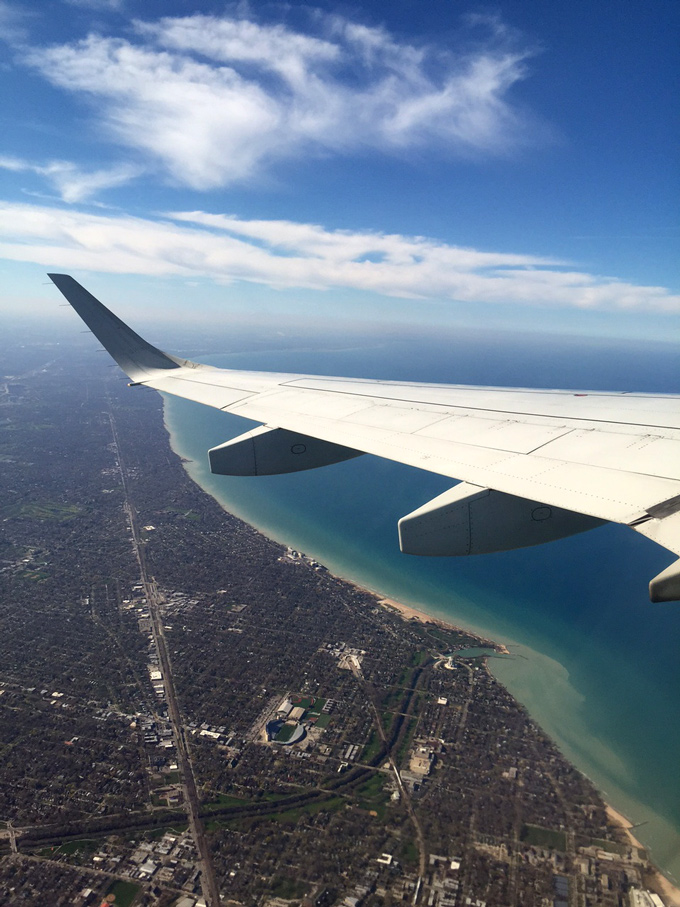 airplane-over-chicago